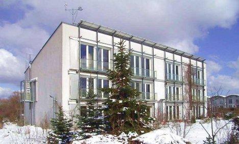 ogrzewanie słoneczne budynku pasywnego przez duże okna w południowej elewacji