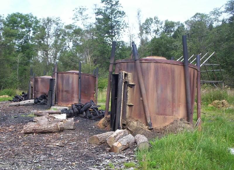 Piroliza w czasie produkcji węgla drzewnego odbywa się wewnątrz takich zbiorników (tzw. retort).