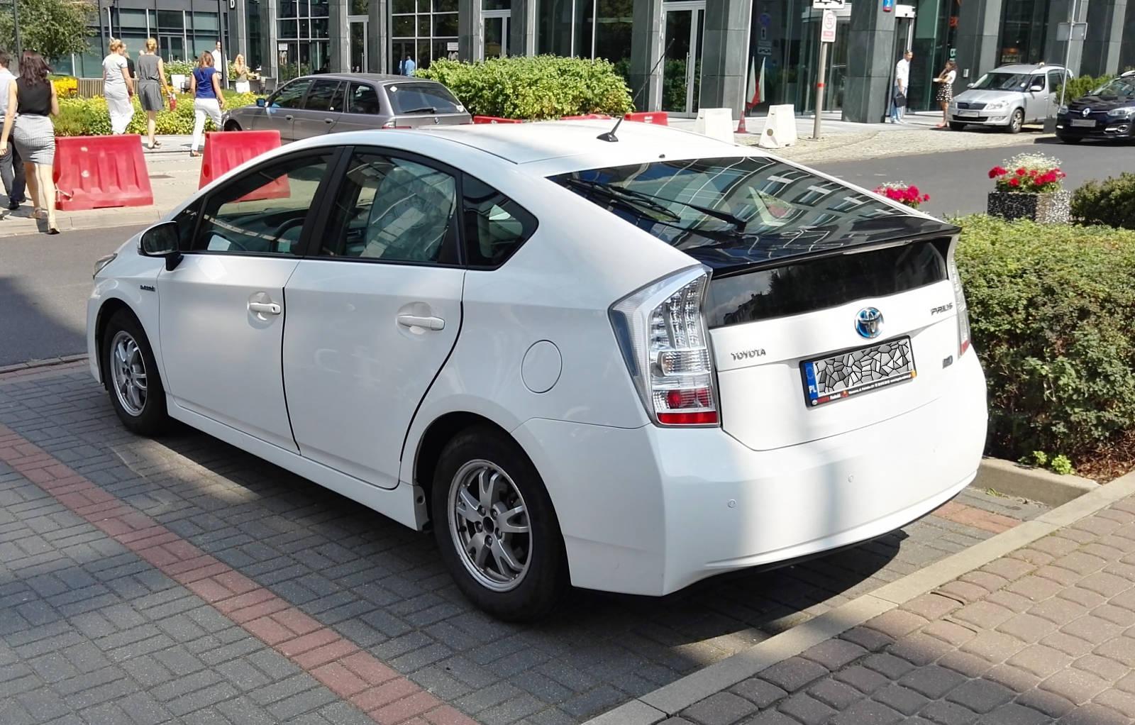 Napęd hybrydowy zdobył popularność dzięki temu samochodowi -- Toyota Prius.