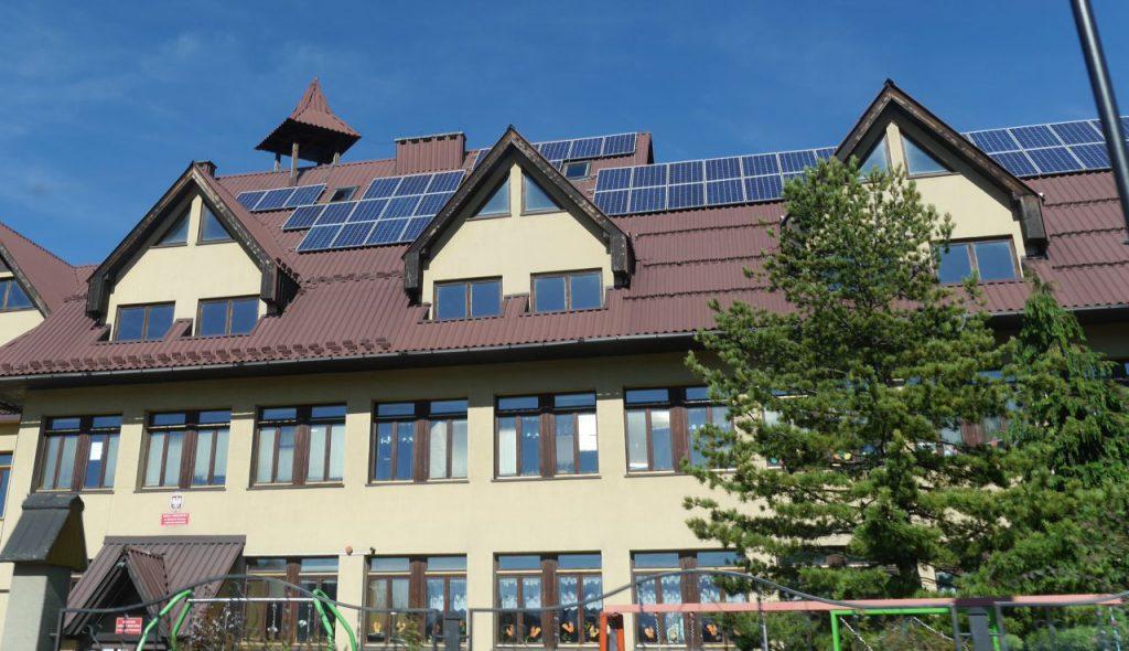Odnawialne źródła energii stanowią także takie instalacje fotowoltaiczne (baterie słoneczne). Tu na przykładzie dachu szkoły podstawowej w Bukowinie Tatrzańskiej.