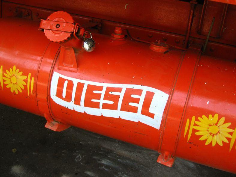 Zbiornik na olej napędowy w ciężarówce. Liczba cetanowa tego paliwa ma kluczowe znaczenie dla poprawnego działania silnika.