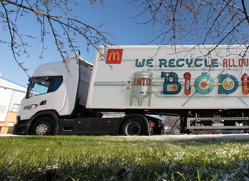 Ta ciężarówka koncernu McDonald's jeździ na biodieslu. Połowę zapotrzebowania tego paliwa pokrywa produkcja z zużytego oleju pochodzącego z restauracji należących do sieci.