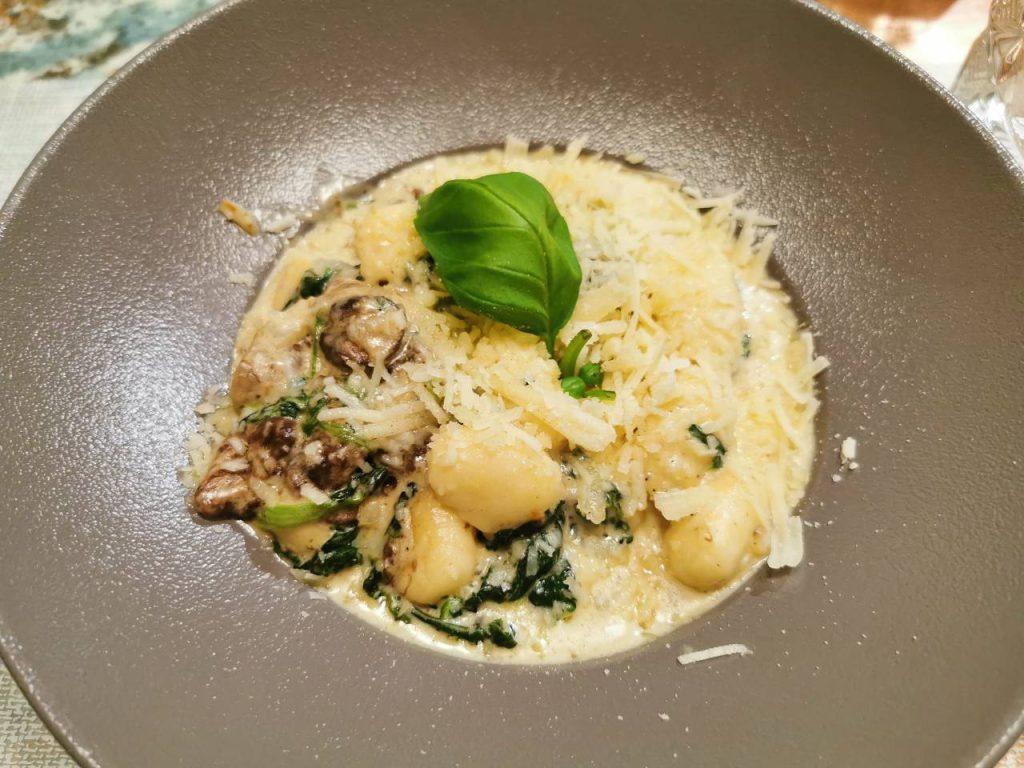 Gnocchi ze szpinakiem i grzybami. W sosie było chyba pełno śmietany. Pyszności!