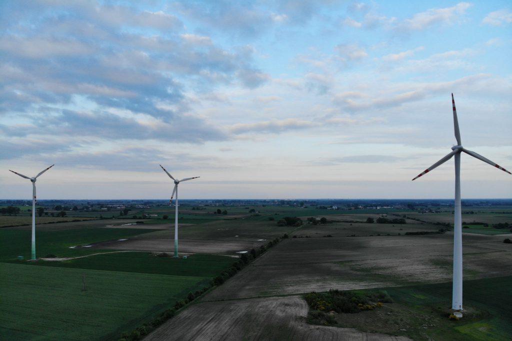 Elektrownia wiatrowa w okolicy węzła Wiskitki na autostradzie A2.